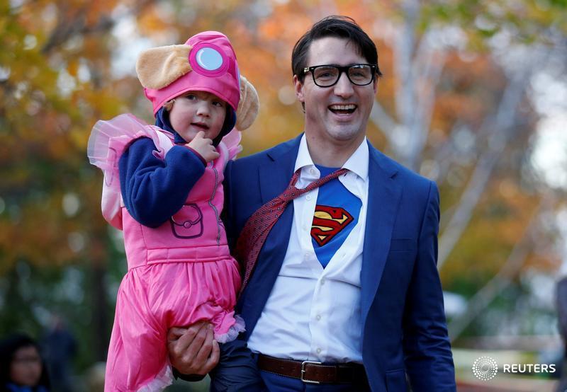 El primer ministro de #Canadá, Justin #Trudeau , con su hijo Hadrien durante la fiesta de #Halloween en Ottawa. REUTERS/Chris Wattie