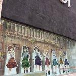 渋谷マルイ1階のウィンドウに「ご注文はうさぎですか?? ~Dear My Sister~」が登場しま…