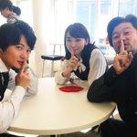 「しー」ってする4話ゲストの飯豊まりえさん👧🏻と弓神&羽生刑事🕵🏻✨隣では監督やカメラさんが…