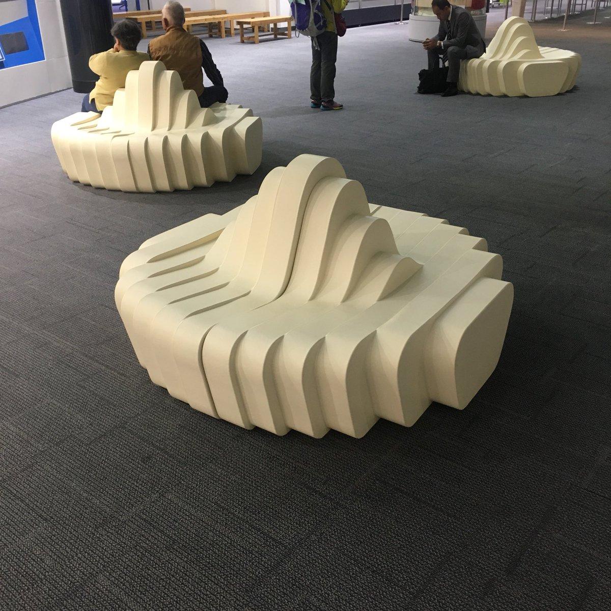 高松空港の椅子が新しくなってたんですけど、「我々はうどんで戦っていくんだ」という強い意志が感じられて良い