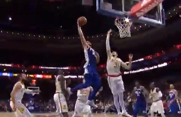 【影片】視覺衝擊!Simmons三分線外突然啟動   無視對手換手暴扣太恐怖