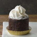 スタバの新作スイーツ「ショット&チョコレート」エスプレッソを注いで完成するチョコケーキ fashio…