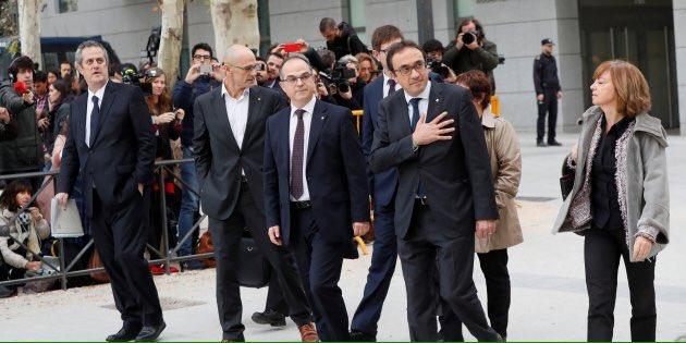 @EU_Commission @Europarl_EN @AFP @HRC @NicolaSturgeon @David_Cameron @KRLS They,re my #gouvernement, what else? #HelpCatalonia<br>http://pic.twitter.com/8XQTclodYy