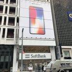 7時25分頃、銀座のソフトバンクショップ。iPhone Xのビジュアルが大きいです。特別、行列などは…