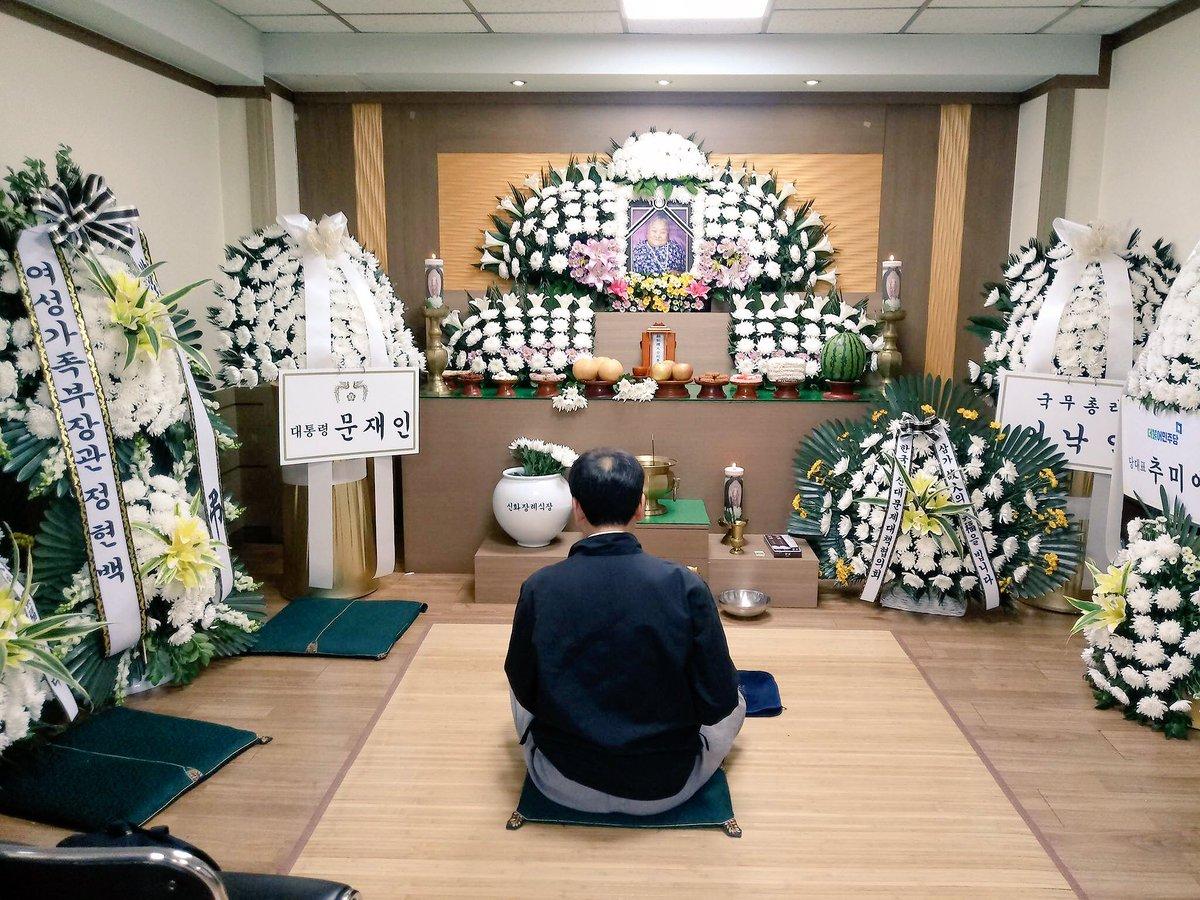 일본군 성노예제 피해자였던 이상희 할머니께서 별세해 이제 남은 생존자는 34명 뿐이네요.우리나라 수많은 사회 현안 중 가장 먼저 해결해야 하는건 할머니들의 명예회복입니다.매주 수요일 일본대사관 앞에서는 세계에서 가장 긴 시간 시위가 열리고 있습니다.