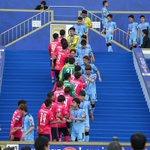 表彰式の階段で、健闘をたたえあうセレッソ大阪、川崎フロンターレの選手たちjsgoal.jp/phot…
