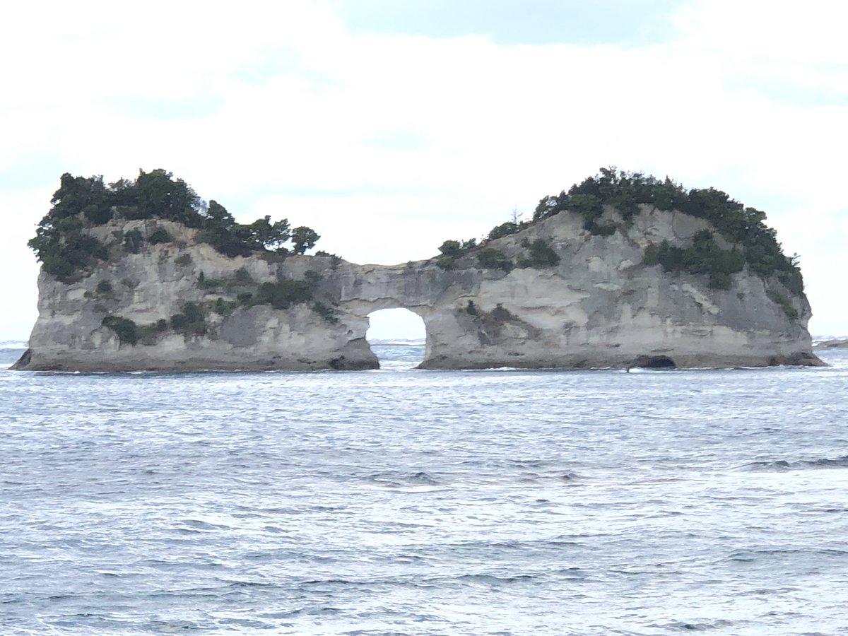 白浜町の名所「円月島」。春秋のお彼岸前後には穴の部分に夕日が沈む絶景となります。