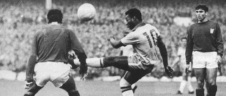 19 novembre 1969 allo stadio Maracanà di Rio de Janeiro, Pelè segna su rigore il millesimo gol ufficiale della sua carriera