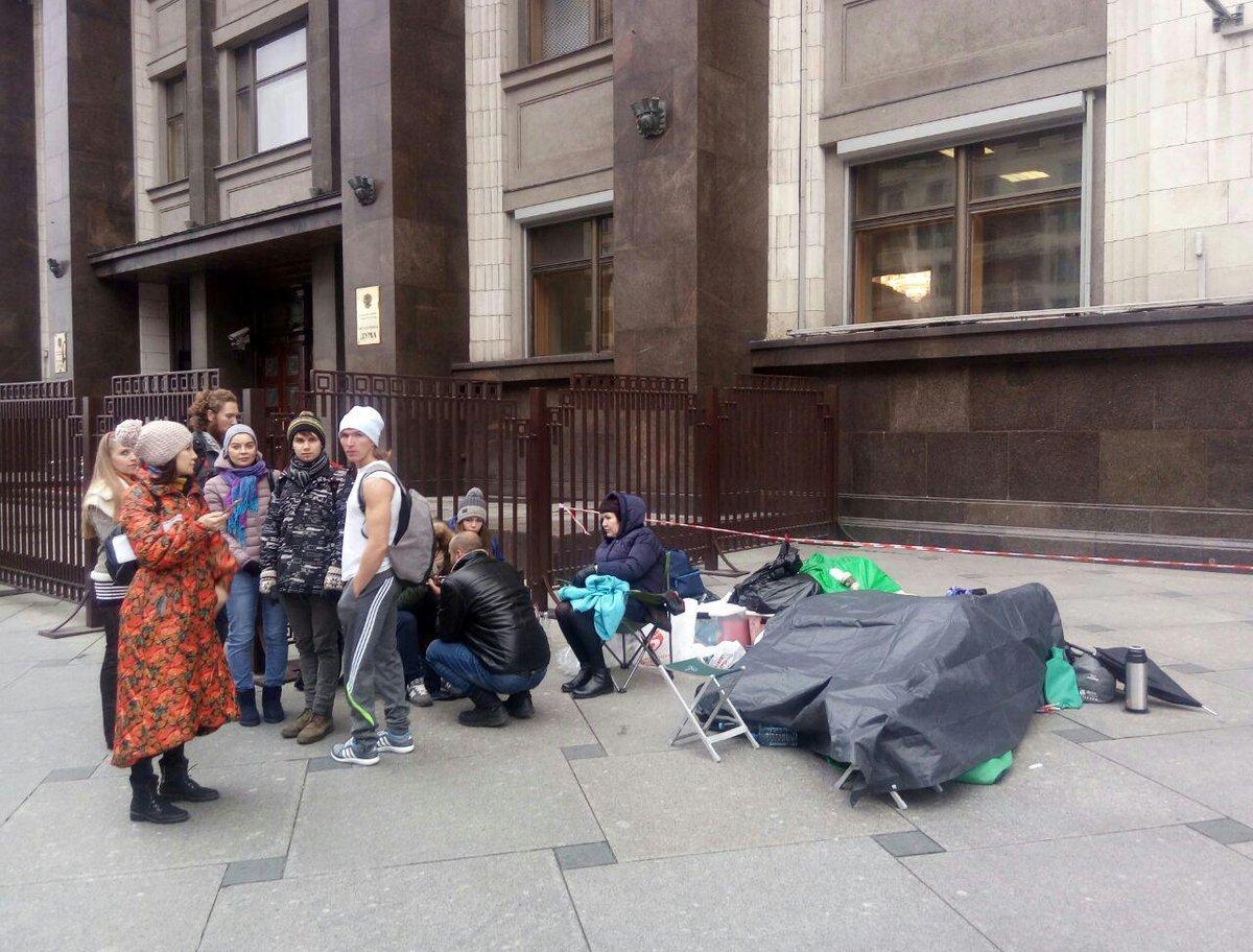 Голодающие у Госдумы зоозащитники обратились за помощью в АП