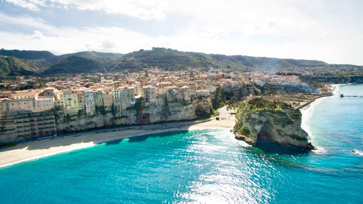 Even in #autumn the beautiful white beaches and turquoise waters of the city of #Tropea and of #CapoVaticano coastline will amaze you  #relax #mediterranean #cuisine #sunshine in #Calabria region. #Italy #Italia<br>http://pic.twitter.com/9heo0dVdLT