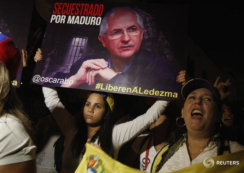 #Venezuela opposition leader Antonio Ledezma, who had been under house arrest, flees to #Colombia - media<br>http://pic.twitter.com/ibcJimfi0v