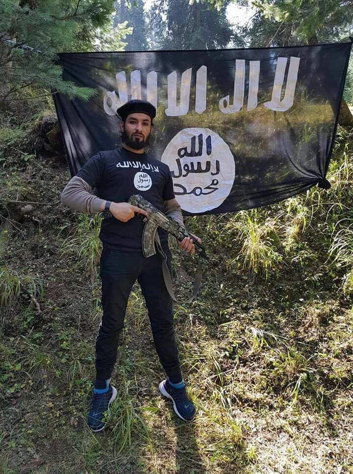 #BREAKING: Terrorist Mugeez Ahmad Mir of Parimpora, on the outskirts of Srinagar, killed by security forces in the #Kashmir valley. Major setback to terror ranks. Brave J&amp;K Police Sub-Inspector Imran Tak was martyred in this operation of J&amp;K Police Special Ops Group.<br>http://pic.twitter.com/5lEuAUq65e
