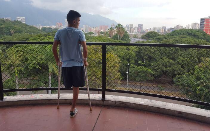 Luis González tiene 19 años y perdió su pierna el 17 de julio, cuando protestaba y le dispararon. Por la crisis de salud, tuvieron que amputársela. Luis necesita una prótesis q cuesta $8 mil $. Es deportista y estudiante.Lean su historia, vamos a ayudarlo! https://t.co/UZlS5qM7E0