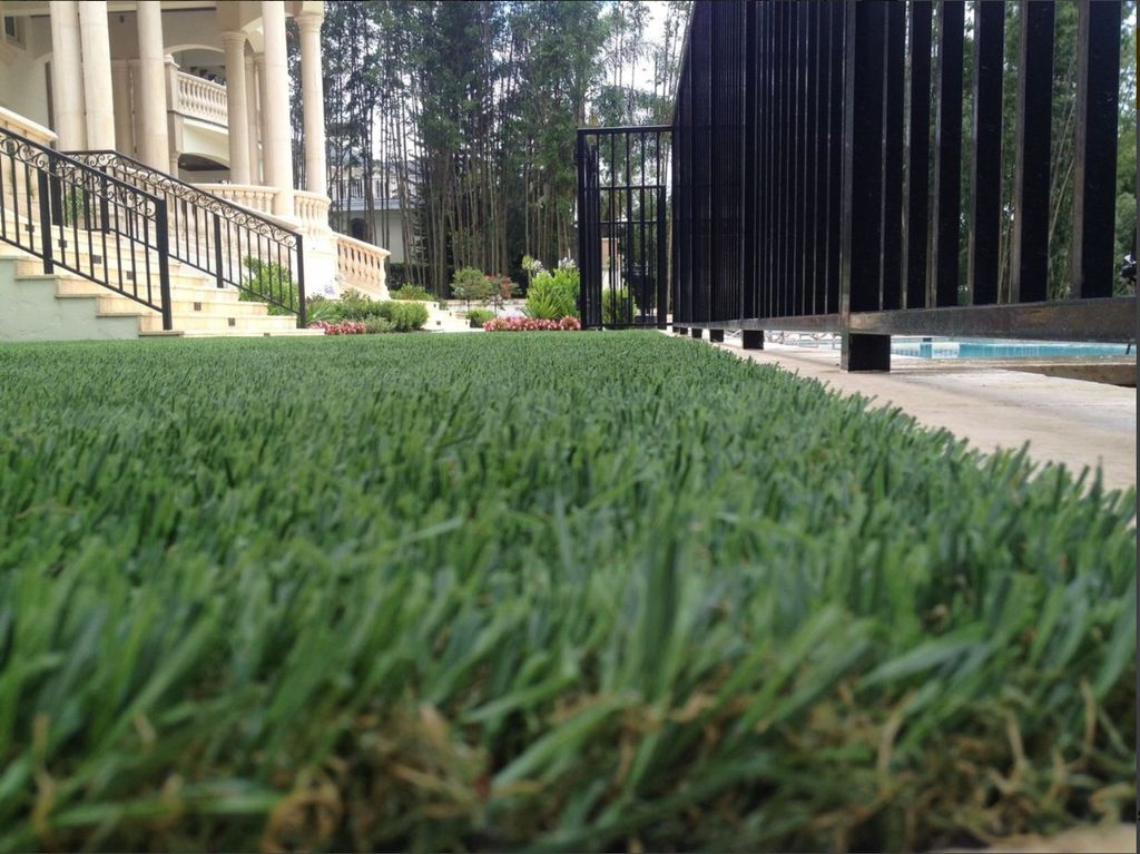 Your grass CAN be greener on your side of the fence with our artificial grass! #thinkgreen #fakeistherealdeal #nomowing #takeyourweekendback<br>http://pic.twitter.com/VL90OdftcW