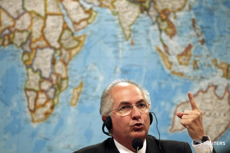 #Venezuela opposition leader Ledezma flees to #Colombia  https://www. reuters.com/article/us-ven ezuela-politics/venezuela-opposition-leader-ledezma-flees-to-colombia-idUSKBN1DH1X0 &nbsp; … <br>http://pic.twitter.com/56jjNZ0OfL