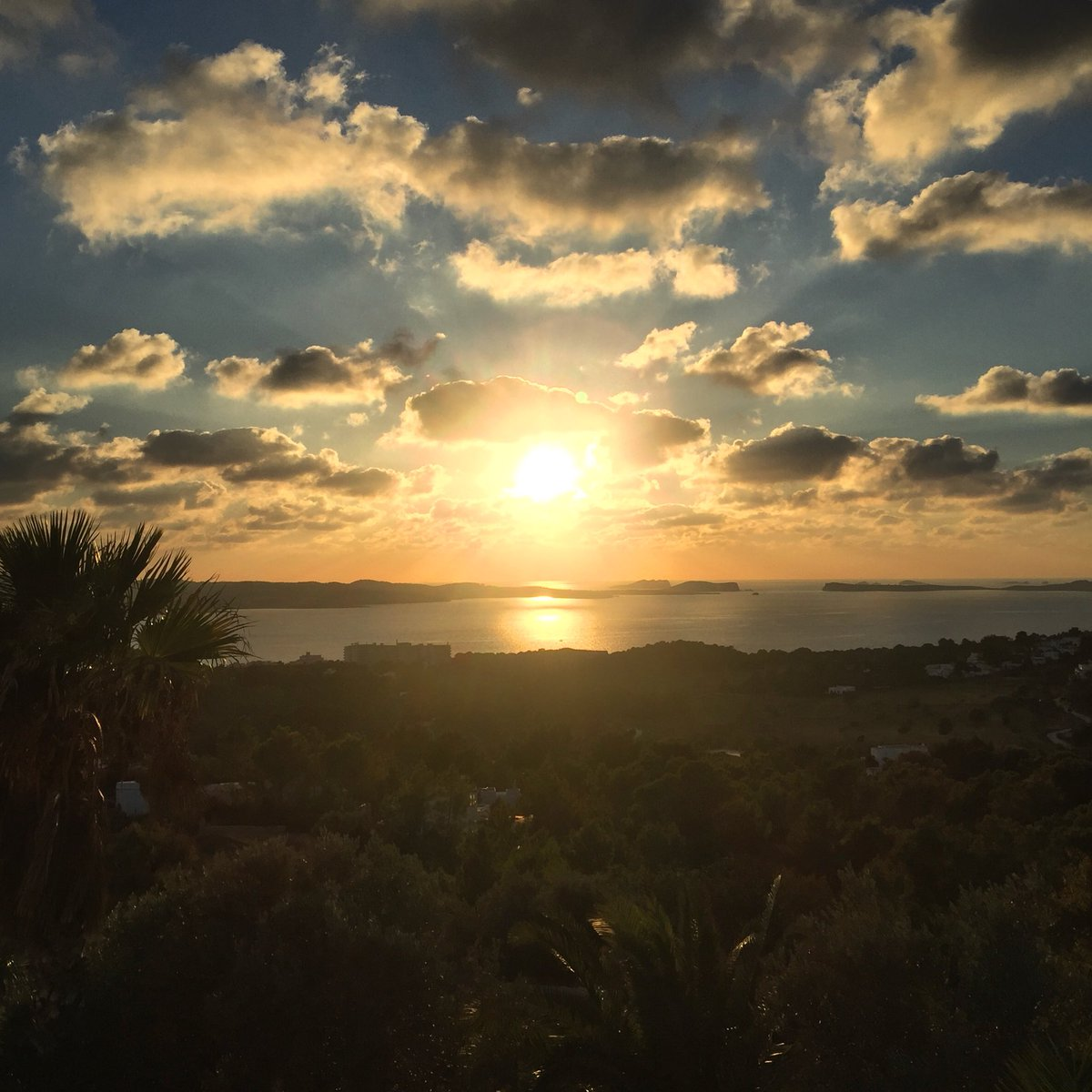 An #Ibiza Sunset never fails to put a smile on my face, especially one as beautiful as this #November<br>http://pic.twitter.com/bObRFqfGz4