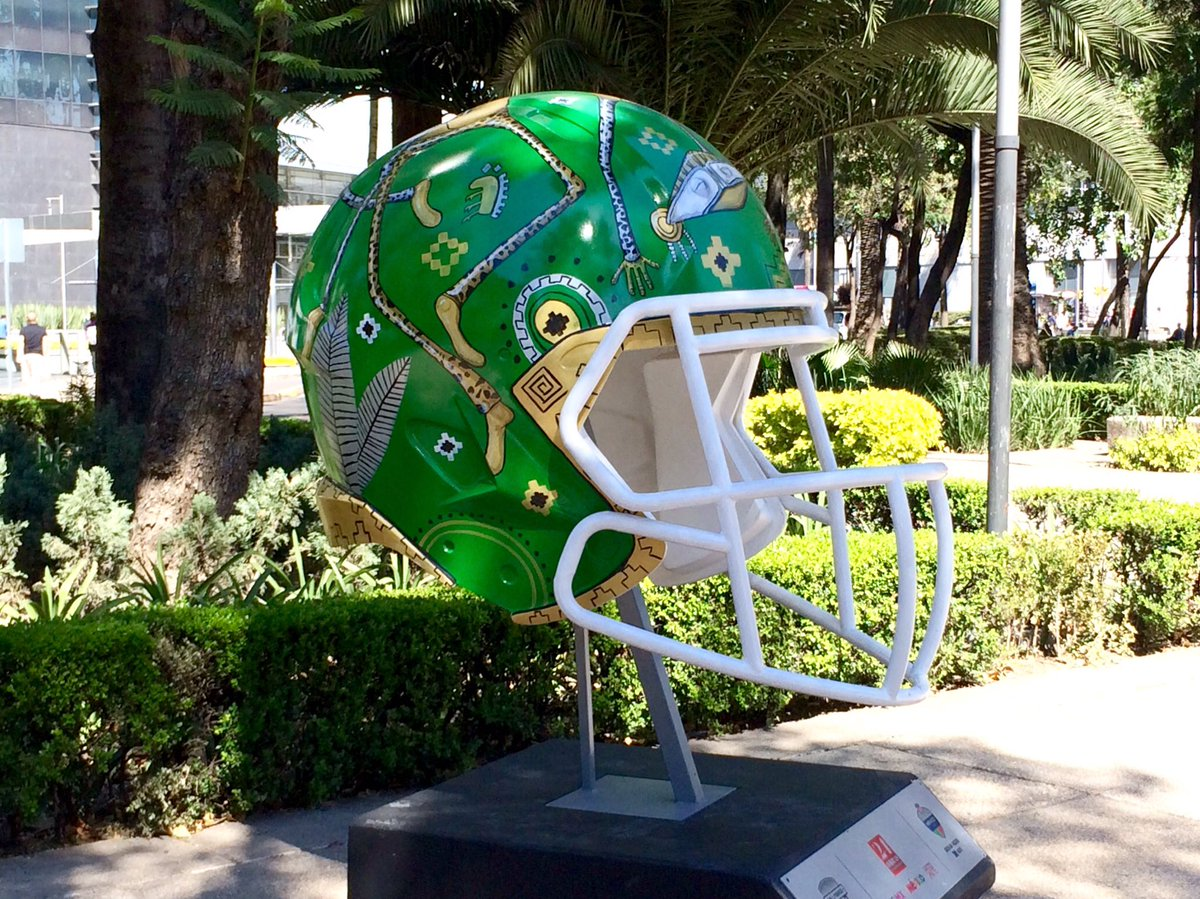 Part of the #NFL&#39;s #BallParade in #MexicoCity... @packers @ChicagoBears @Lions @NFL #Packers #Bears #Lions #CDMX #Reforma #football<br>http://pic.twitter.com/6OFFxQsDcj