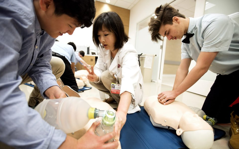 Fewer than half of people who suffer #cardiacarrest outside of a hospital get the help they need before medical professionals arrive. Everybody should take a #CPR course.  http:// ceda.rs/6015rIH4T  &nbsp;  <br>http://pic.twitter.com/i1LuMPn13f