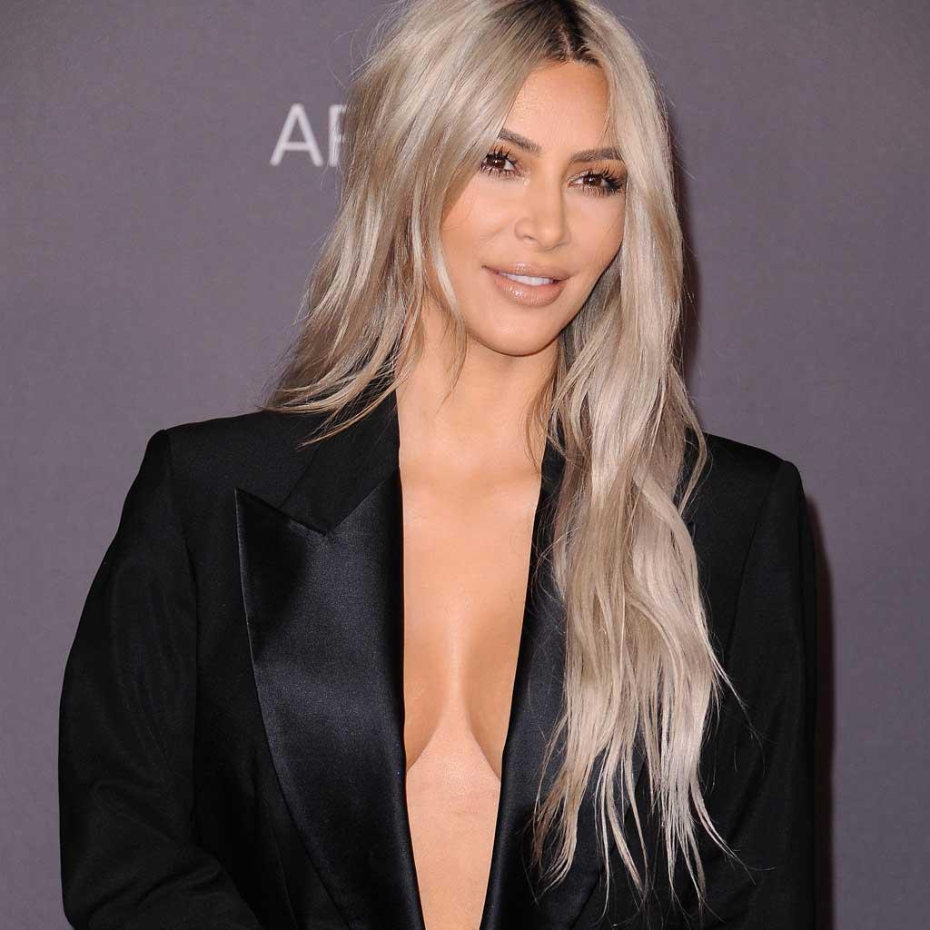 #Beaute Découvrez la somme astronomique qu'a gagné Kim Kardashian avec ses nouveaux parfums https://t.co/VXfdUxi7T9