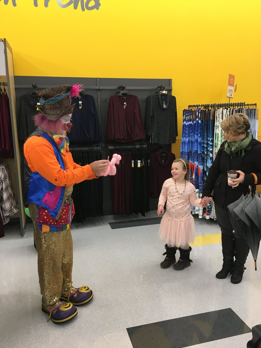 Klash the clown is here at the #OwenSound Giant Tiger! Come say hi and get a balloon animal from 9-12pm. <br>http://pic.twitter.com/JW0OEZqhUu