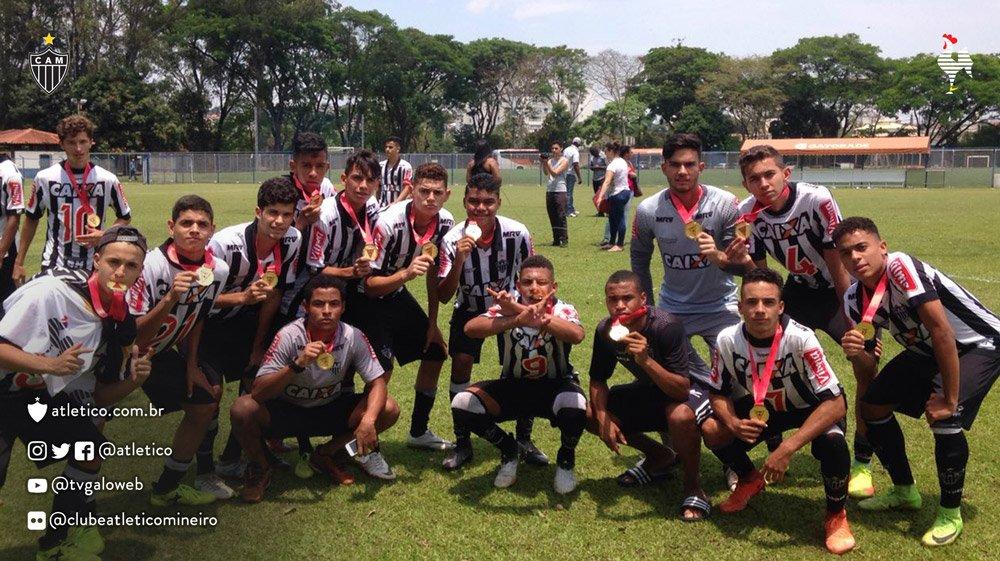 Também em outubro, a equipe sub-17 conquistou o título do Campeonato Mineiro da categoria na casa do rivalhttps://t.co/Mz3RdemLuW:  Vamo #Galos #DesdeCedo, !