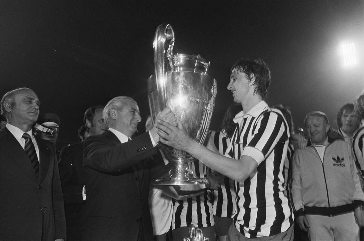 #JohanCruyff captain of #Ajax raises the third consecutive #EuropeanCup wearing the jersey of #Juventus 1973 @OldFootball11 @footballmemorys @FootballArchive @SuperbFootyPics @facciacalcio @PilkawHolandii @JohanCruyff @gen_Cruijff<br>http://pic.twitter.com/MkPjFaStQS