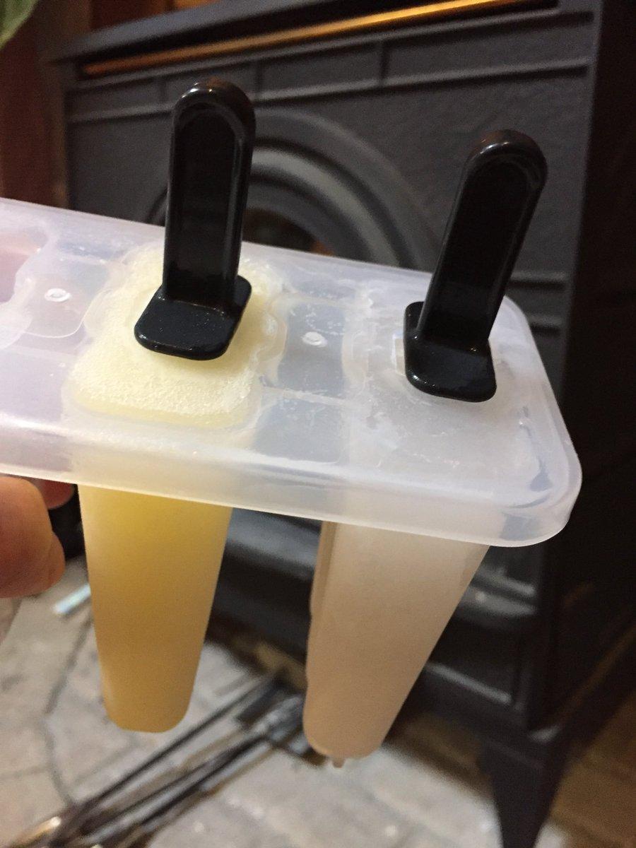 test ツイッターメディア - キャンドゥで買ってきたアイスメーカー! …ん?ぼ、棒が抜けない… 寝ぼけながら作ってアホなことしました…(^^;; 3つ作らなくてよかった?笑 今度はフルーツとか入れて、ちゃんと棒が抜けるように!作りたいです!w #アイスメーカー #キャンドゥ https://t.co/3NDdcq6r7b