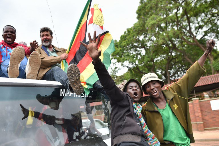 🇿🇼 People march towards the State House demanding the resignation of Mugabe in Harare, #Zimbabwe. (@AFP)