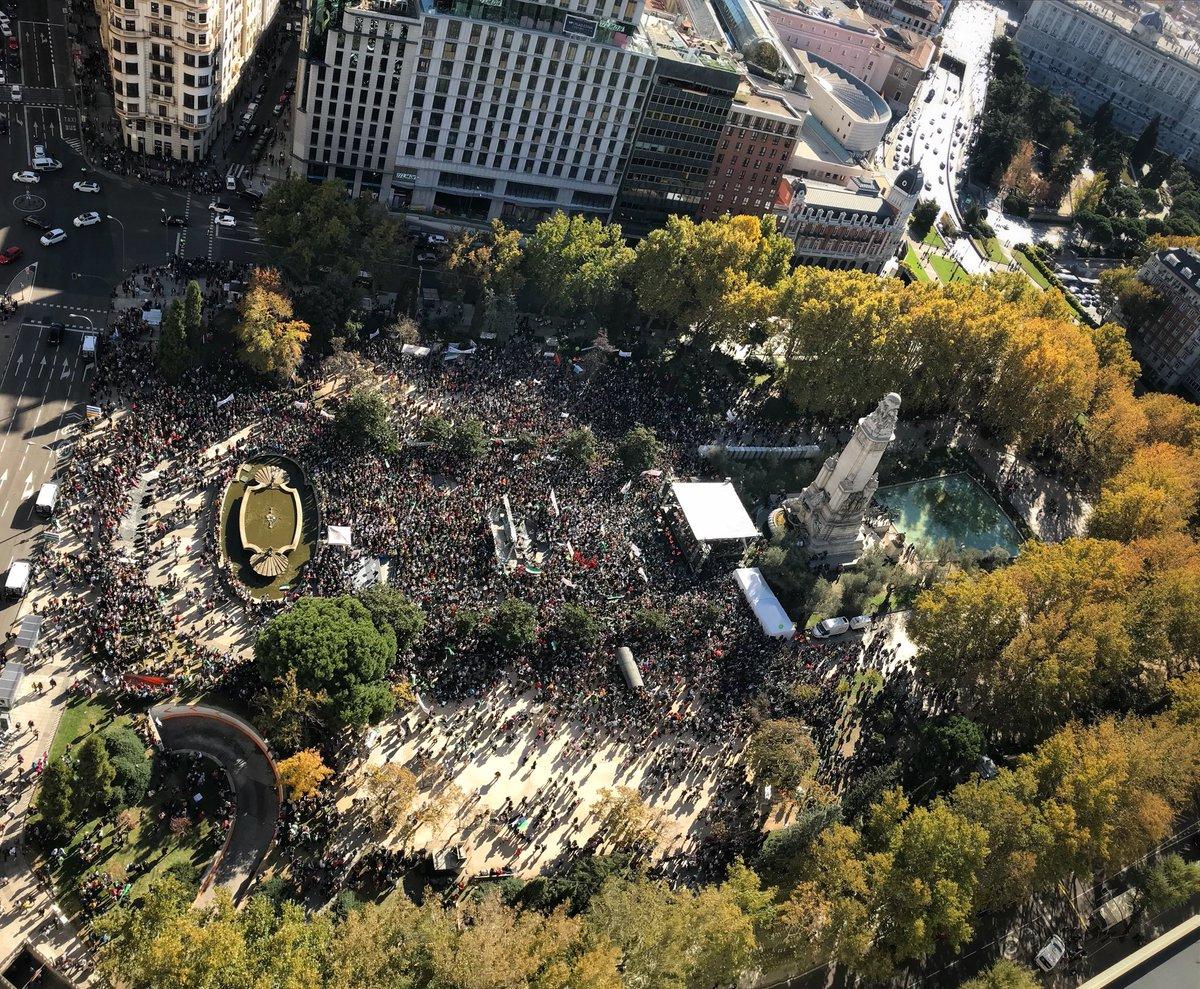 Así tienen la Plaza los amigos extremeños de #TrenDignoYa. Hasta arriba. https://t.co/sUCLH8oiAn
