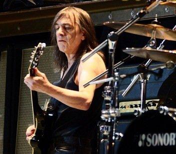 Mort de Malcolm Young fondateur et guitariste d'AC/DC, à 64 ans. /HuffPost