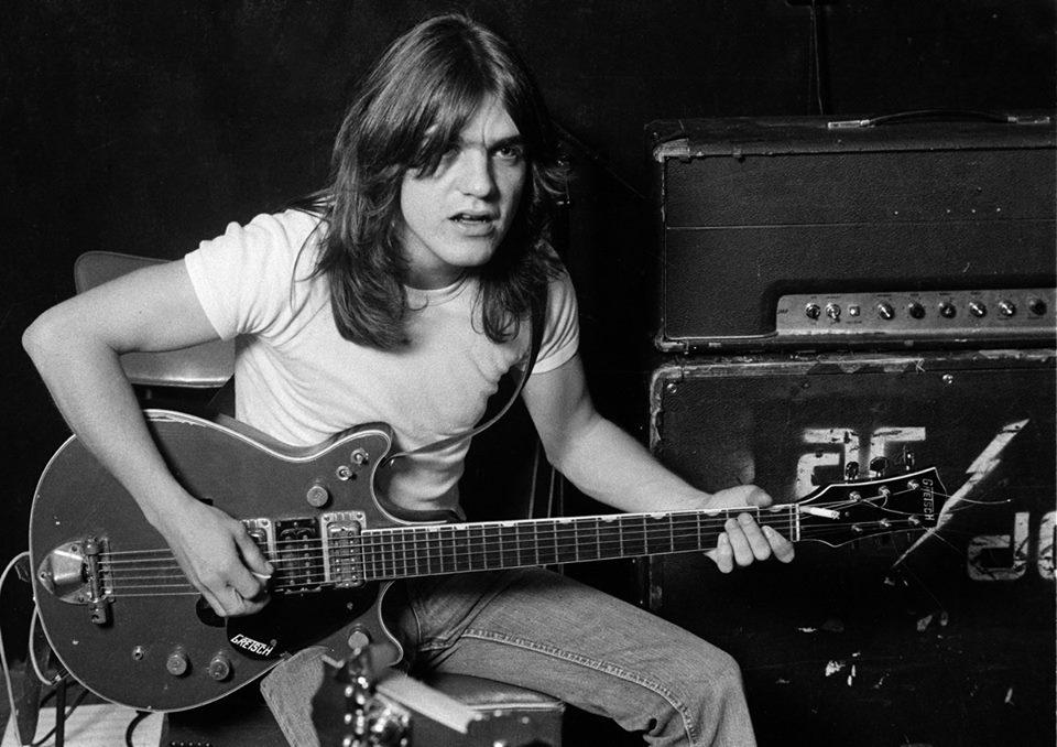 """Obituario: Adiós a Malcolm Young, """"la fuerza impulsora tras"""" AC/DC. Ha muerto hoy, tras retirarse de los escenarios en 2014 a causa de una enfermedad degenerativa. https://t.co/1K52nRVK8y"""