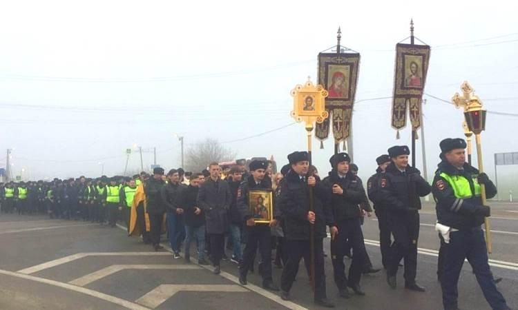 Сотрудники ГИБДД Кубани прошли крестным ходом по опасному участку трассы https://t.co/kQ4y4xsZa1