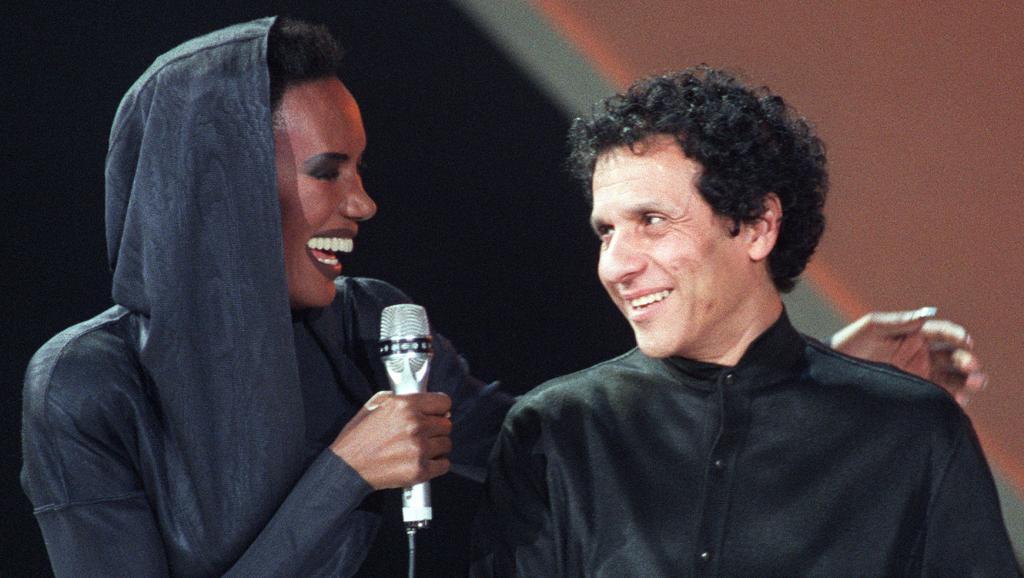 Décès du couturier Azzedine Alaïa, inspirateur de la mode des années 1980-1990 https://t.co/eYul7U1dyb