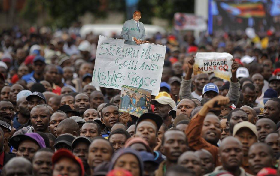 Zimbabuanos festejam esperada queda de Mugabe https://t.co/o5f8fE6zAt