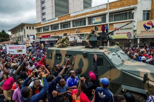 A Harare, soldats et manifestants main dans la main pour faire tomber Mugabe https://t.co/EmrazgqapI