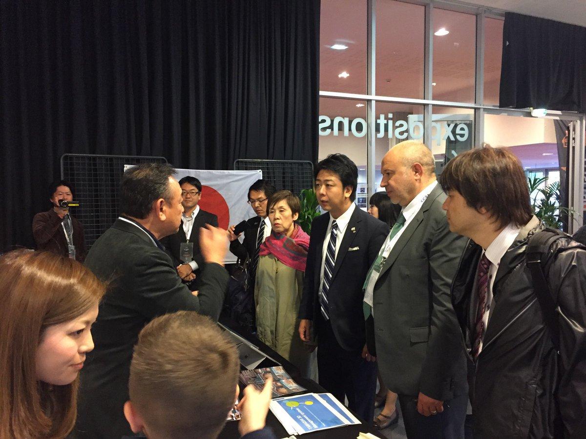 Visite du maire de @Fukuokacity_pr sur les stands du @FestiCineDrones !