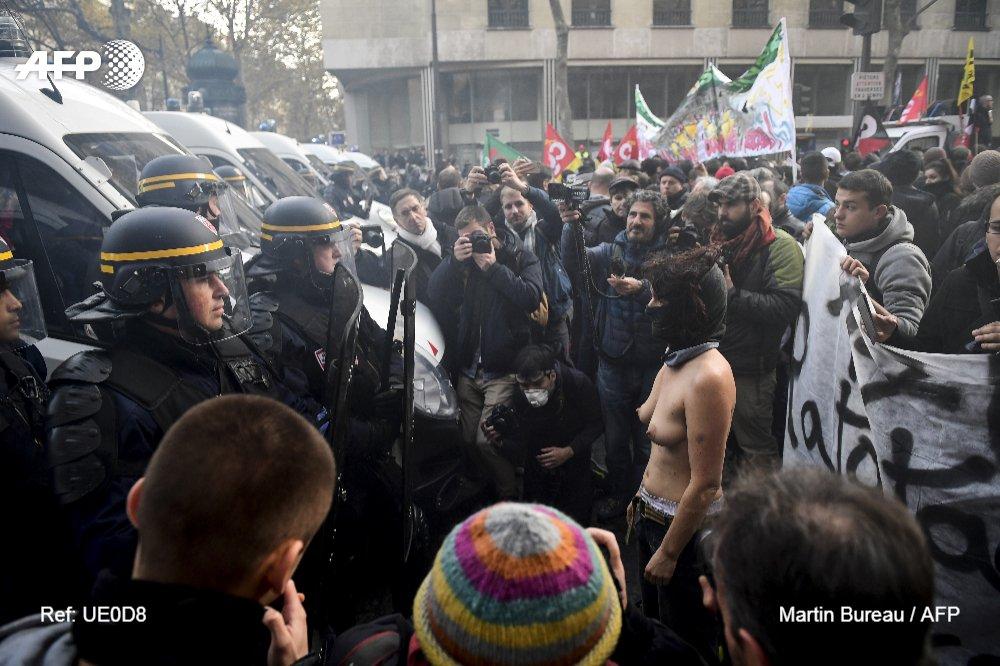 #instantané Une manifestante face à des CRS à Paris, samedi, pendant la 'marche sur l'Elysée' organisée pour dénoncer 'la politique anti-sociale' d'Emmanuel Macron   📷 @MartinBureau1 #AFP