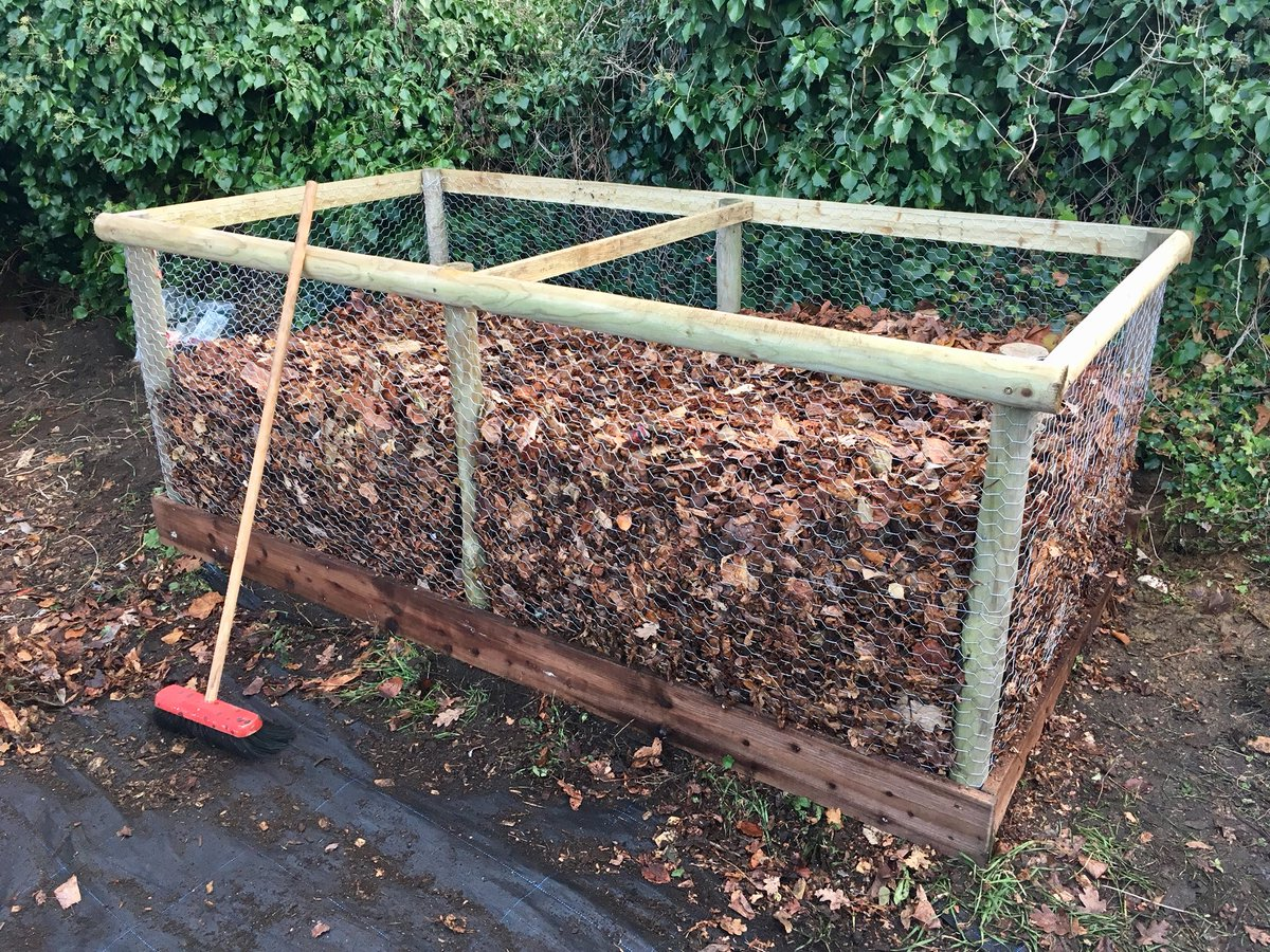 Built this large #leaf mould composter today at my old primary school out of timber rounds, half rounds, gravel boards and wire netting. #Autumn #gardening jobs <br>http://pic.twitter.com/GL9zIGuFa9