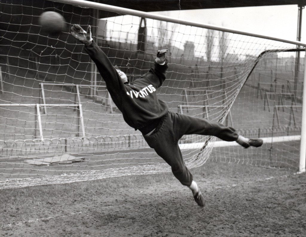 #CarlettoMattrel tracksuit of #Juventus the goalkeeper who won the first star (ten Italian championships) in training at the #Arsenal field #Highbury in London 1958 @OldFootball11 @footballmemorys @FootballArchive @SuperbFootyPics @facciacalcio @Theleaguemag @goalkeepersdiff<br>http://pic.twitter.com/mnFzx98YDW