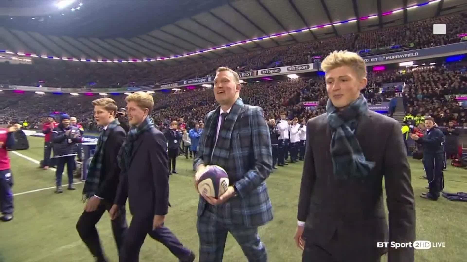 RT @btsportrugby: What a moment 👏  @DoddieWeir5 delivers the match ball with his sons as he continues to battle MND. https://t.co/htfwwWiTBw