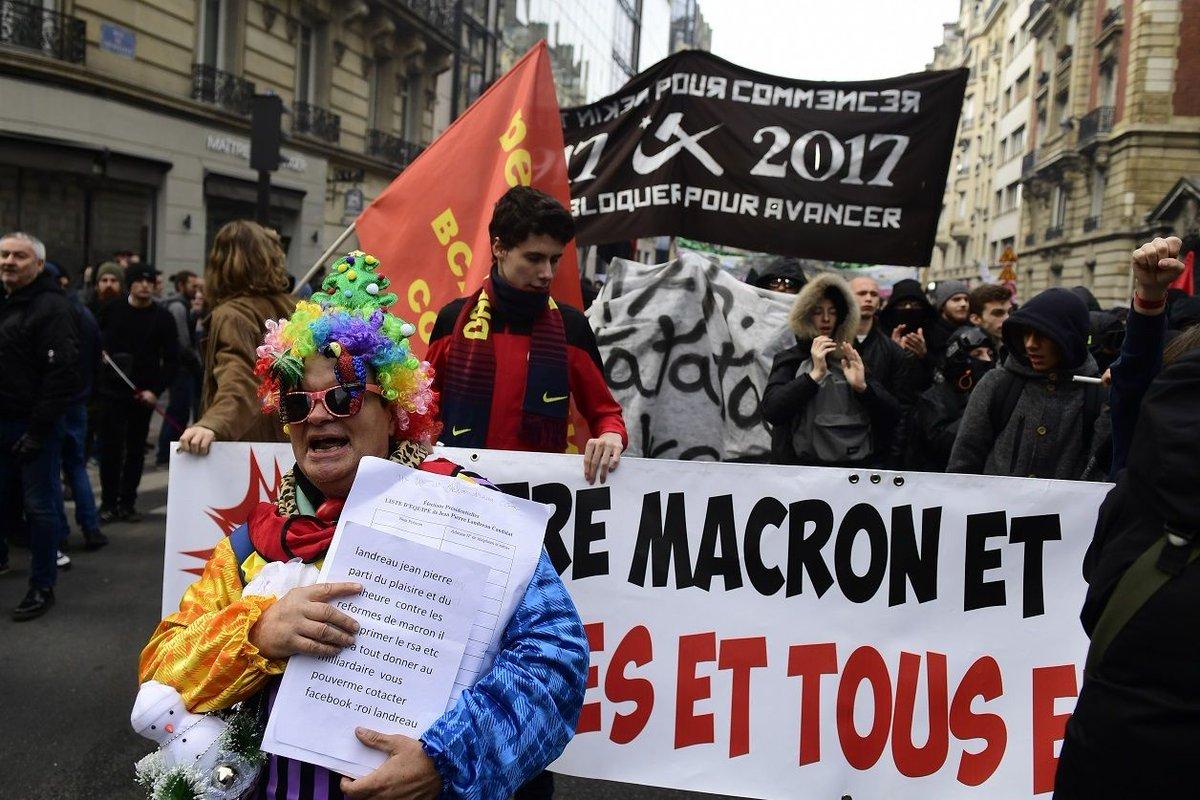 Plusieurs centaines de personnes marchent vers l'Élysée contre la 'politique anti-sociale' d'Emmanuel #Macron   ➡️ https://t.co/KmMVqvZKzg