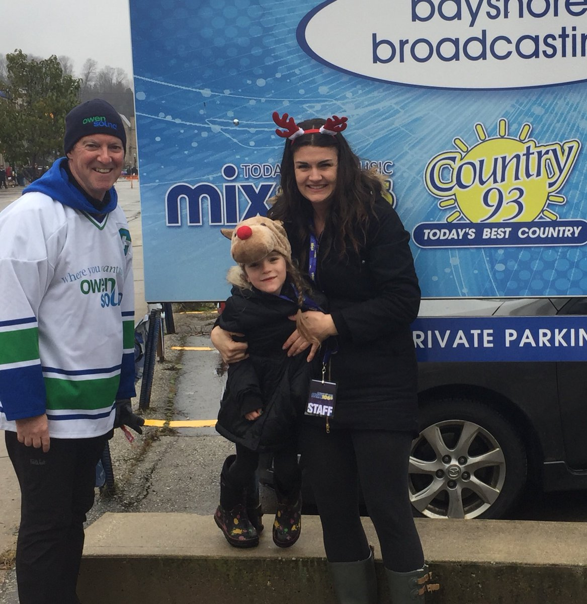 Always great running into so many familiar faces at the #owensound #santaclaus #parade! - Jamie @ian_boddy<br>http://pic.twitter.com/p1FRhxW9GH