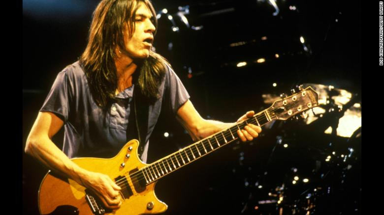 Muere Malcolm Young, guitarrista y fundador de AC/DC  https://t.co/9ttu8KwlyF https://t.co/29w5bzlQUA