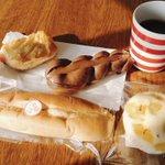 完食♪食べる順番は①チョコ②アップルパイ③ピーナッツフランス④蒸しパンが正解でよいですかね? pic…