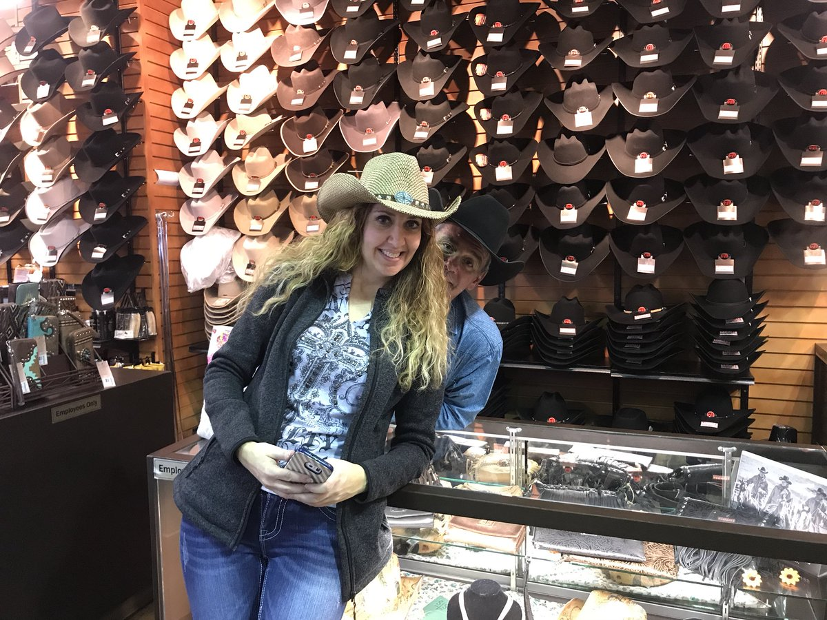 You better get to @Lammles quick @StellaCFCW is shopping @cfredmonton