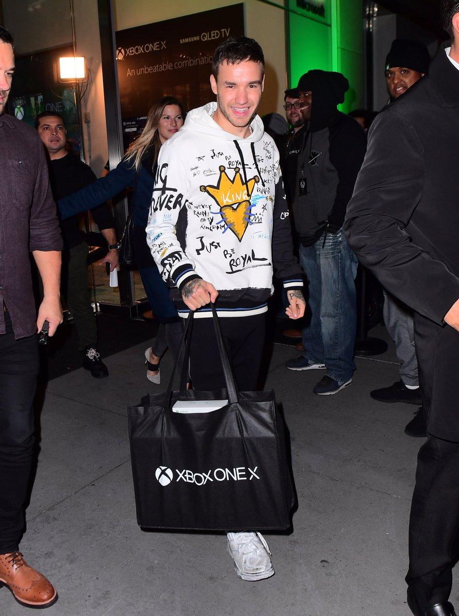 #NEW | @LiamPayne leaving the #XboxOneX launch in New York last night  (06/11) #1-4 <br>http://pic.twitter.com/hFm5PI2HoR