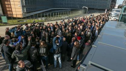 Les 200 maires catalans sont arrivés devant le siège de la Commission européenne (photos et vidéo) https://t.co/wPXSftcSxl