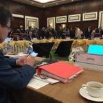 会議開始前の日本代表団の席。ツイートする世耕大臣。 pic.twitter.com/KLG2VpRN…