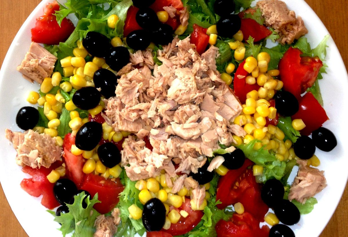 Салат из тунца консервы и красного лука