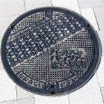 たった1枚の「ガルパンマンホール」を探せ! 駅前海岸線(きらめき通り)の歩道のどこかにあるが定期的に…